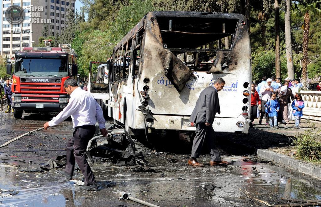 Сирия. Дамаск. 29 апреля. На месте подрыва машины возле кортежа премьер-министра Сирии Ваиля аль-Халки. (EPA/ИТАР-ТАСС/SANA)