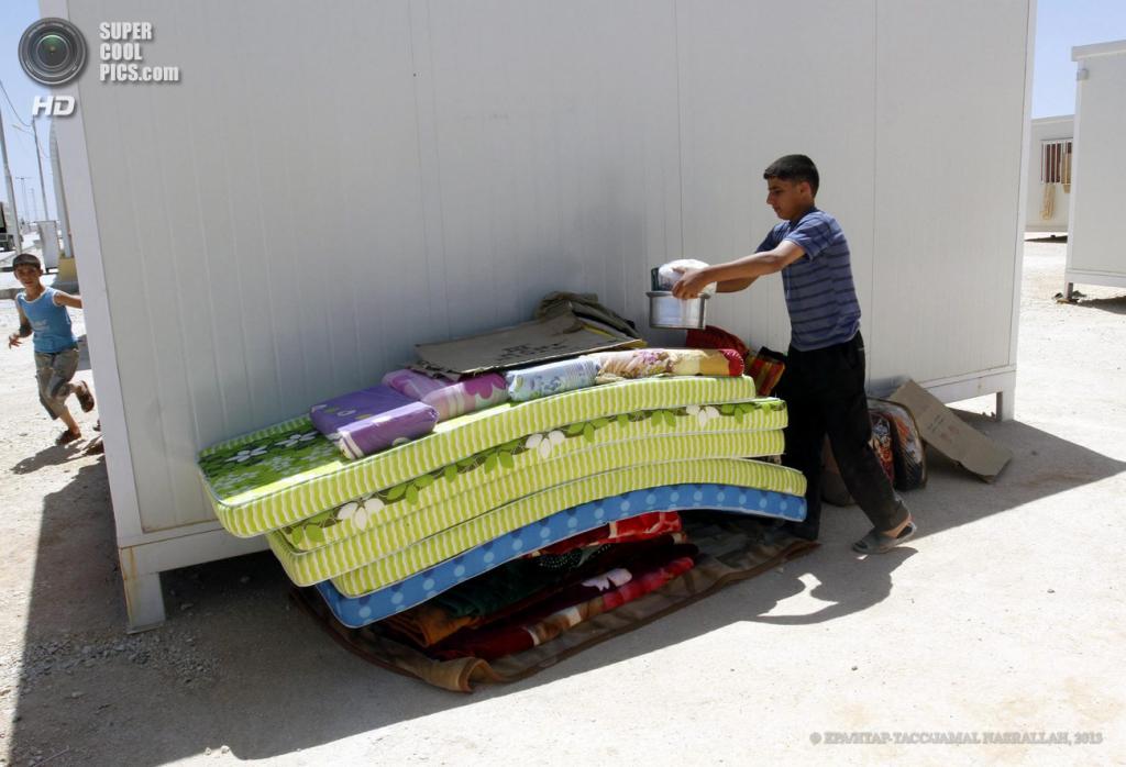 Иордания. Мираджеб аль-Фохуд, Зарка. 29 апреля. В лагере для беженцев, построенном на пожертвования ОАЭ. (EPA/ИТАР-ТАСС/JAMAL NASRALLAH)