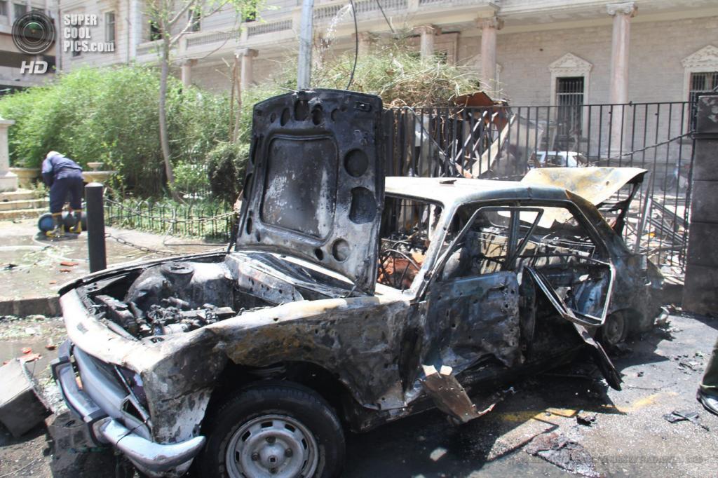 Сирия. Дамаск. 30 апреля. На месте взрыва у здания МВД. (EPA/ИТАР-ТАСС/YOUSSEF BADAWIA)