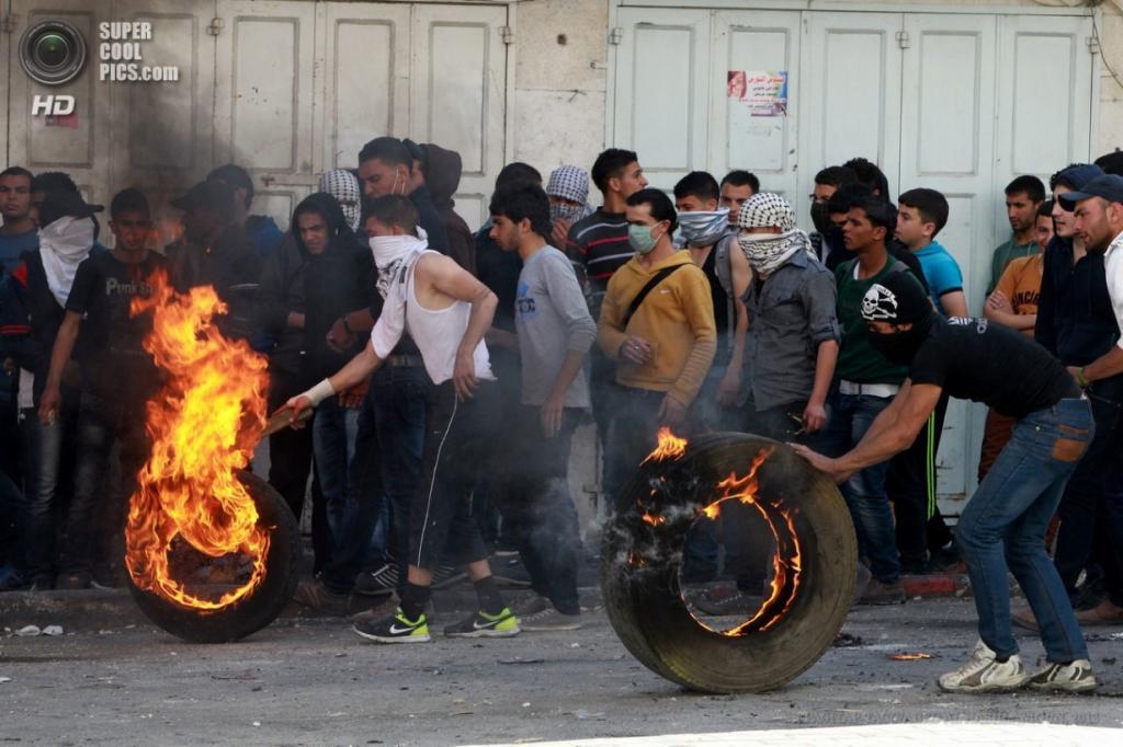 Западный берег реки Иордан. Хеврон. 2 апреля. Столкновения палестинцев с израильской полицией. (EPA/ИТАР-ТАСС/ABED AL HASHLAMOUN)