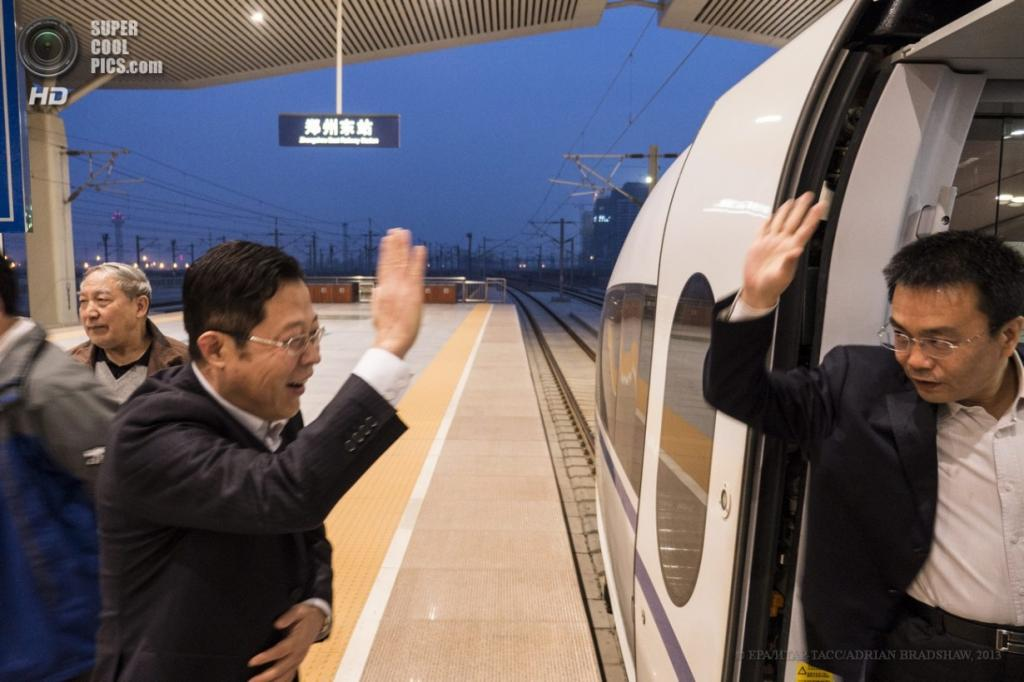 Китай. Чжэнчжоу, Хэнань. 2 апреля. Прощание коллег. (EPA/ИТАР-ТАСС/ADRIAN BRADSHAW)
