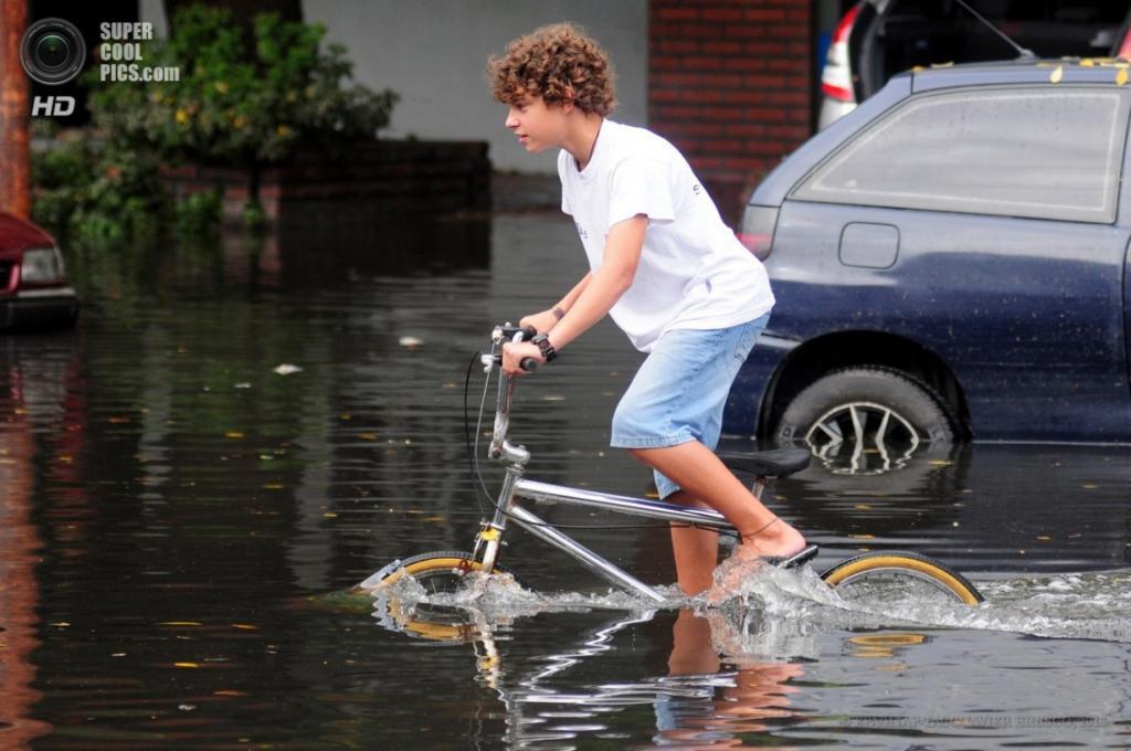 Аргентина. Ла-Плата, Буэнос-Айрес. 3 апреля. Мальчик пересекает затопленную улицу на велосипеде. (EPA/ИТАР-ТАСС/JAVIER BRUSCO)