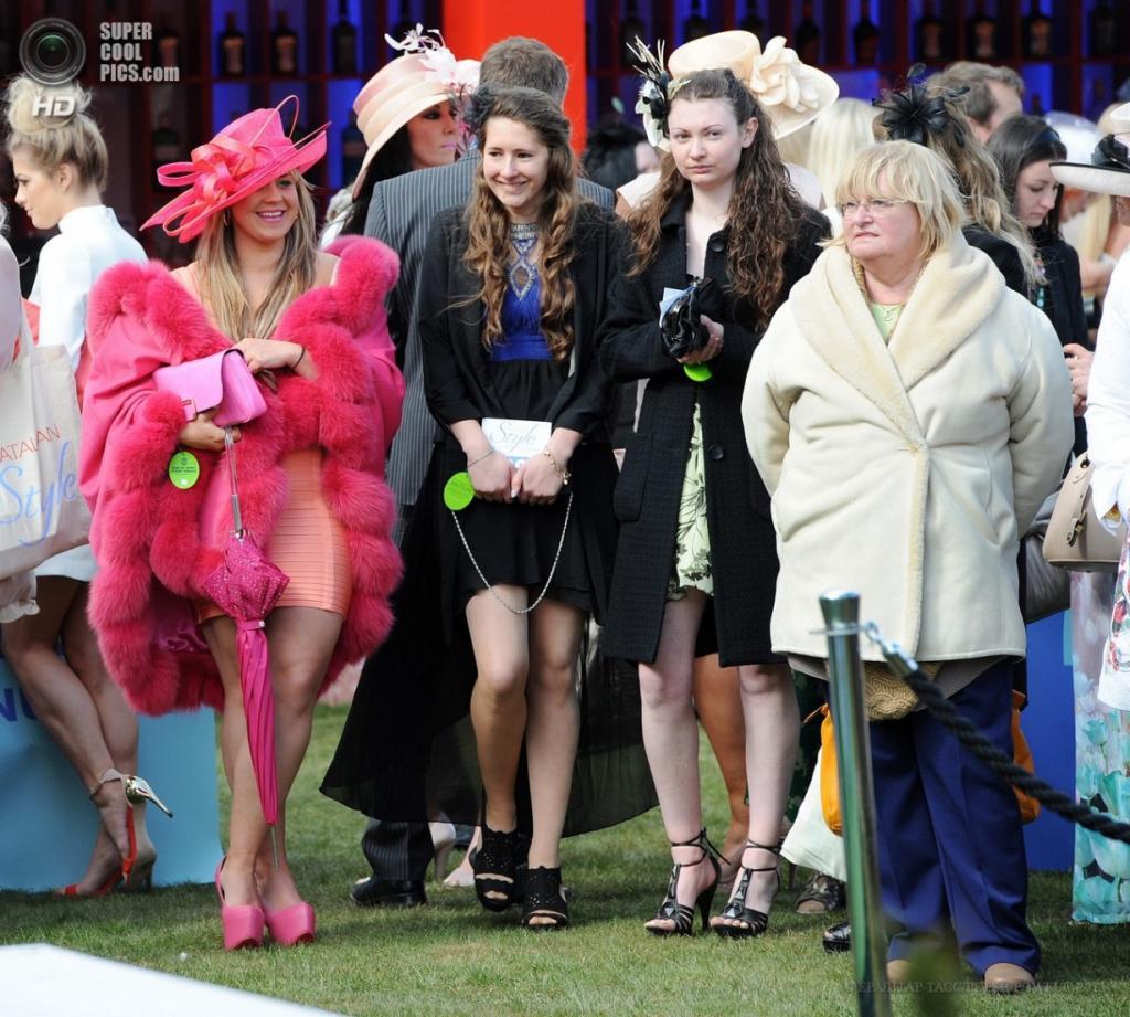 Англия. Ливерпуль, Мерсисайд. 5 апреля. Дамы на второй день скачек на ипподроме «Эйнтри». (EPA/ИТАР-ТАСС/PETER POWELL)