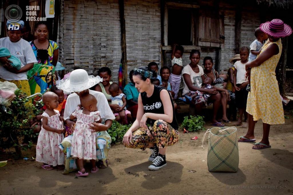 Мадагаскар. Аналанджируфу. Благотворительный визит певицы Кэти Перри. (EPA/ИТАР-ТАСС/KATE HOLT)