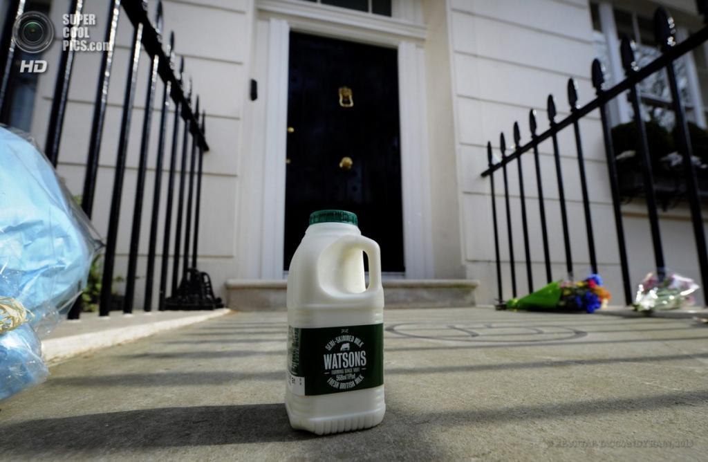 Англия. Лондон. 8 апреля. Утренняя бутылка молока у дома покойной. (EPA/ИТАР-ТАСС/ANDY RAIN)
