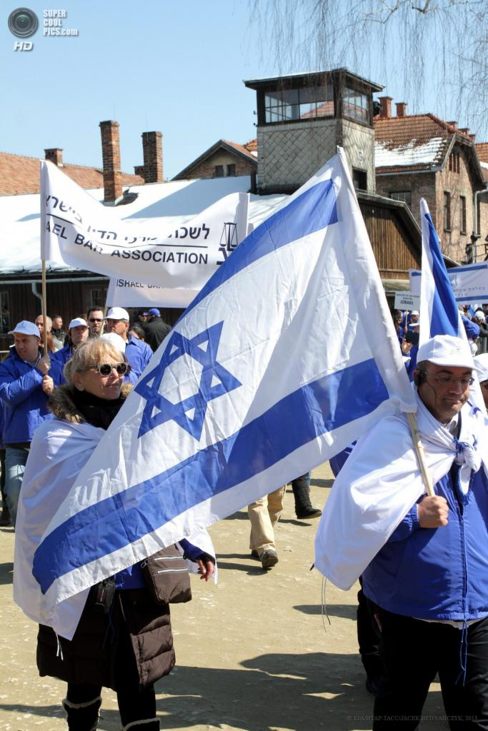 Польша. Освенцим, Малопольское воеводство. 8 апреля. Участники традиционного «Марша жизни» с израильской символикой. (EPA/ИТАР-ТАСС/JACEK BEDNARCZYK)