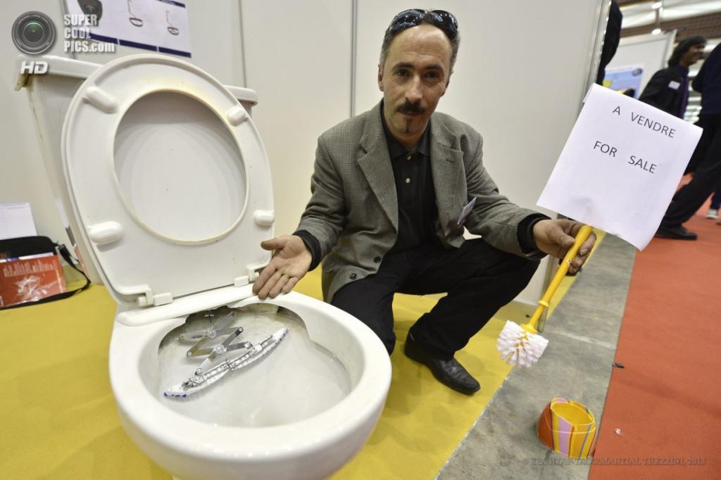 Швейцария. Женева. 10 апреля. Белаид Каред из Франции презентует автоматическую систему очистки для унитазов во время 41-й Международной выставки инноваций. (EPA/ИТАР-ТАСС/MARTIAL TREZZINI)