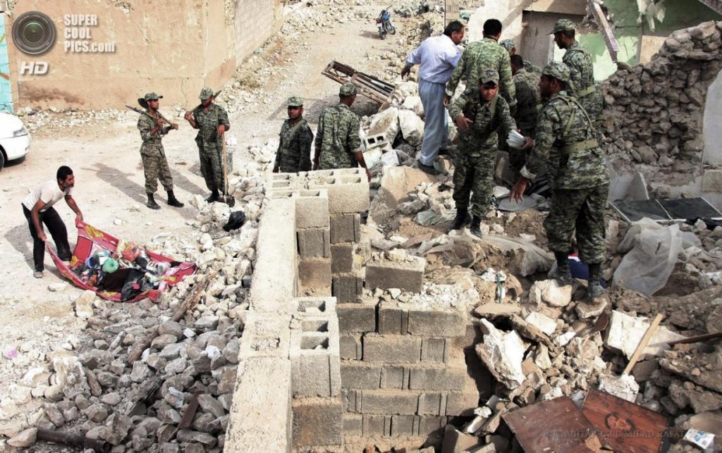 Иран. Шонбе, Бушир. 10 апреля. Солдаты Вооружённых сил Ирана помогают местным жителям разгребать завалы после землетрясения магнитудой 6,3 балла. (EPA/ИТАР-ТАСС/MILAD RAFAT)