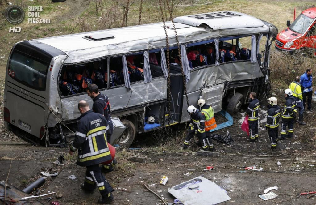 Бельгия. Ранст. 14 апреля. Работа сотрудников экстренных служб на месте аварии автобуса с группой российских школьников. (EPA/ИТАР-ТАСС/THIERRY ROGE)