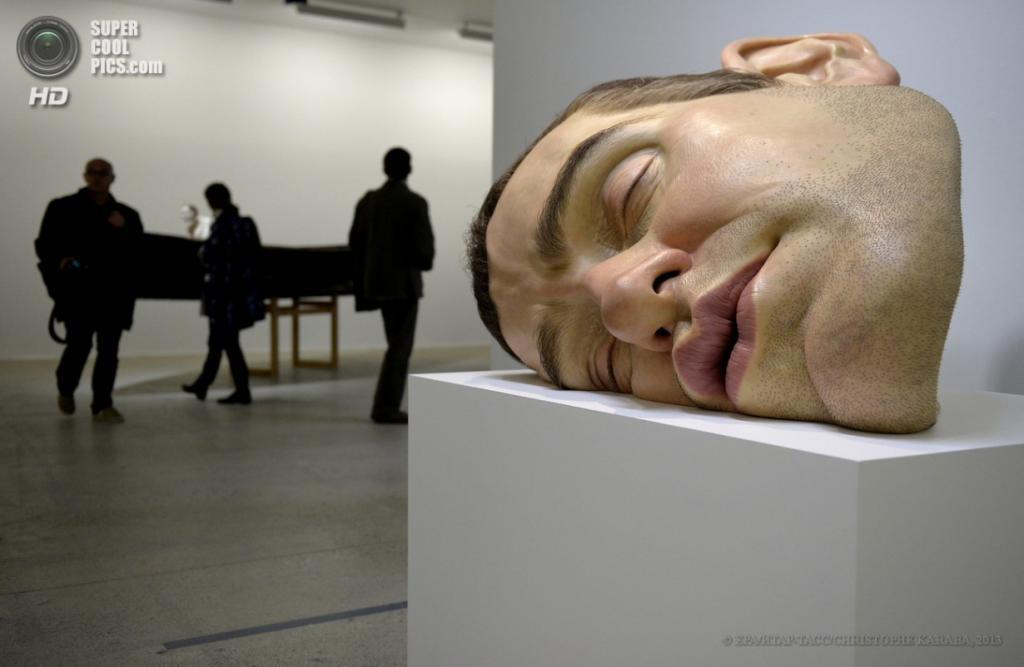Франция. Париж. 15 апреля. Скульптура «Маска II». (EPA/ИТАР-ТАСС/CHRISTOPHE KARABA