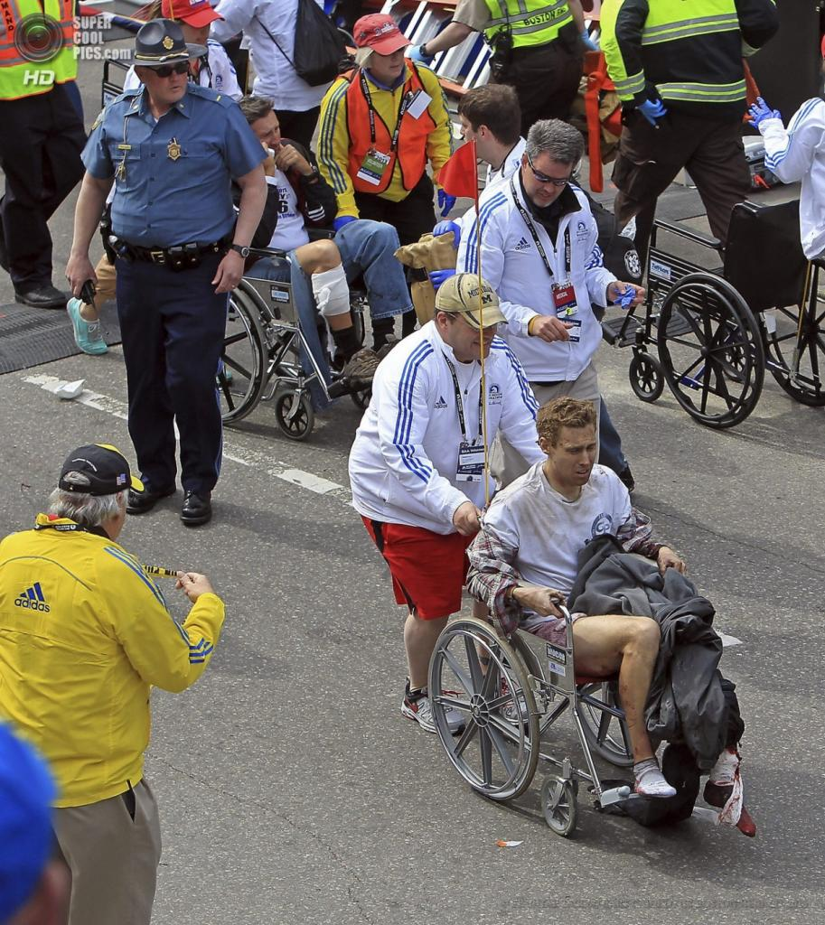 США. Бостон, Массачусетс. 15 апреля. Оказание помощи пострадавшим. (EPA/ИТАР-ТАСС/STUART CAHILL/THE BOSTON HERALD)