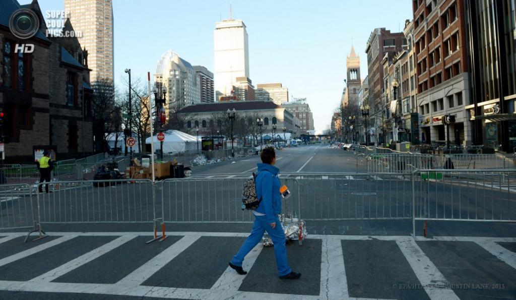 США. Бостон, Массачусетс. 16 апреля. Оцепление в районе теракта. (EPA/ИТАР-ТАСС/JUSTIN LANE)