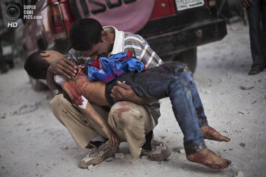 Сирия. Алеппо. 3 октября 2012 года. Мужчина оплакивает мёртвого сына у госпиталя Дар аль-Шифа. (EPA/ИТАР-ТАСС/MANU BRABO)