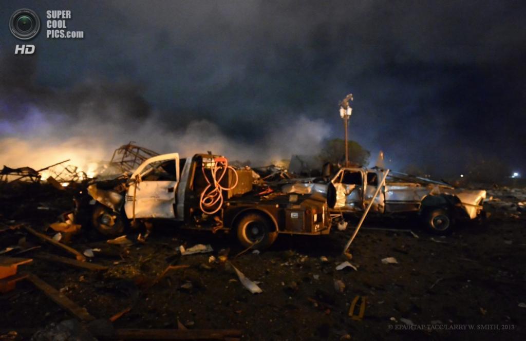 США. Уэст, Техас. 17 апреля. На месте взрыва на заводе по производству минеральных удобрений. (EPA/ИТАР-ТАСС/LARRY W. SMITH)