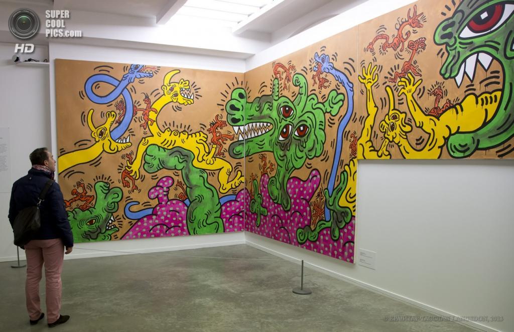 Франция. Париж. 19 апреля. Инсталляция Кита Харинга «Без названия (Фреска)» 1986 года. (EPA/ИТАР-ТАСС/IAN LANGSDON)
