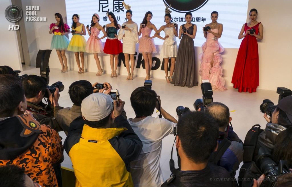 Китай. Пекин. 19 апреля. Девушки-модели презентуют новинки индустрии. (EPA/ИТАР-ТАСС/ADRIAN BRADSHAW)