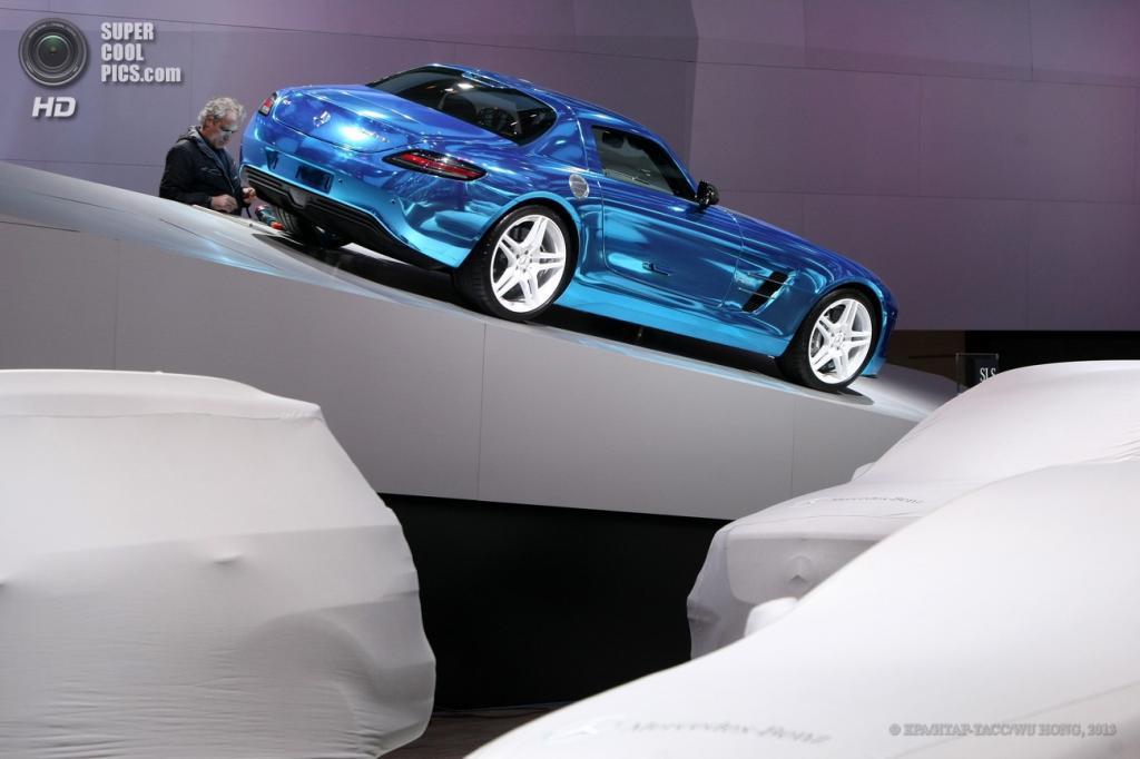 Китай. Шанхай. 21 апреля. Стенд с сияющим Mercedes-Benz SLS AMG Electric Drive. (EPA/ИТАР-ТАСС/WU HONG)