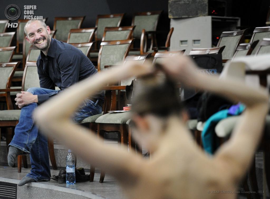 Россия. Санкт-Петербург. 21 апреля. Британский хореограф Дэвид Доусон во время репетиции балетного номера. (ИТАР-ТАСС/Руслан Шамуков)