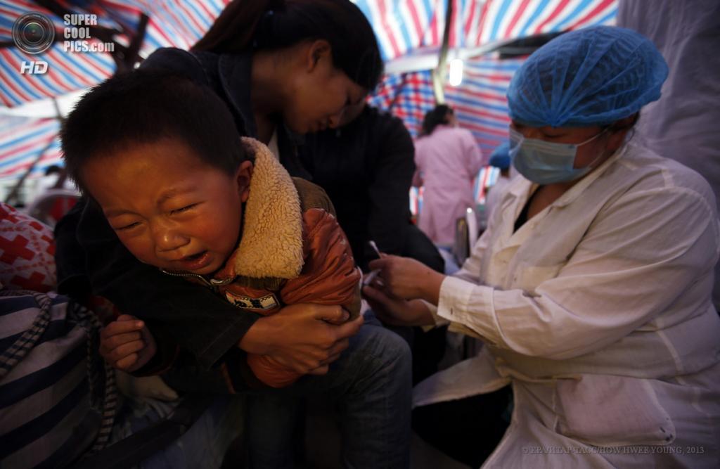 Китай. Сычуань. 23 апреля. Врач делает ребёнку укол. (EPA/ИТАР-ТАСС/HOW HWEE YOUNG)