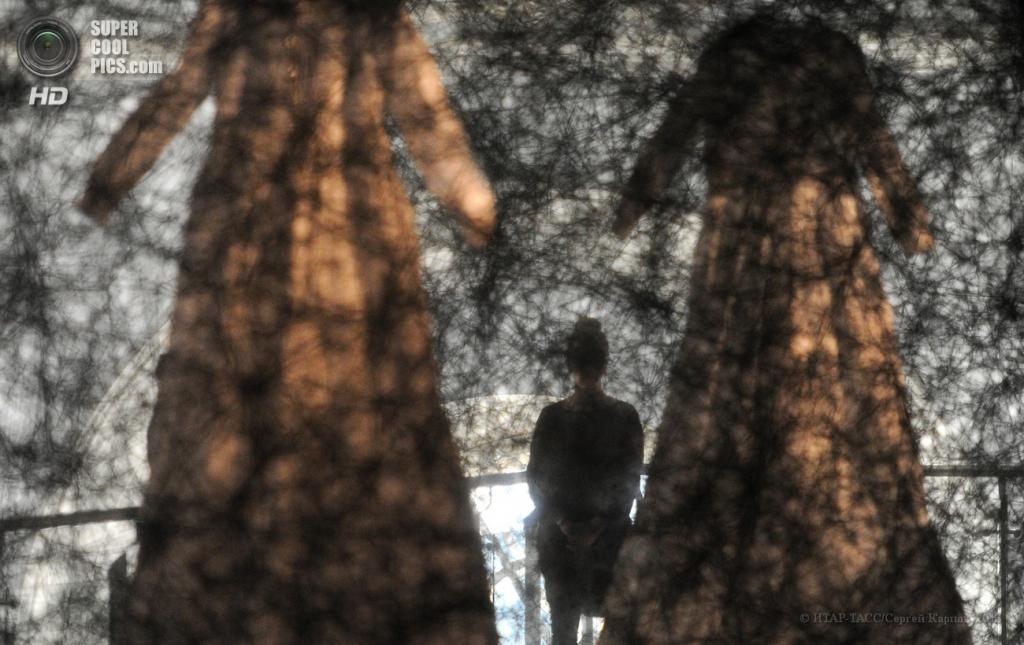 Россия. Москва. 23 апреля. На выставке японской художницы Тихару Сиоты «Скрещенья» в ЦВЗ «Манеж». (ИТАР-ТАСС/Сергей Карпов)