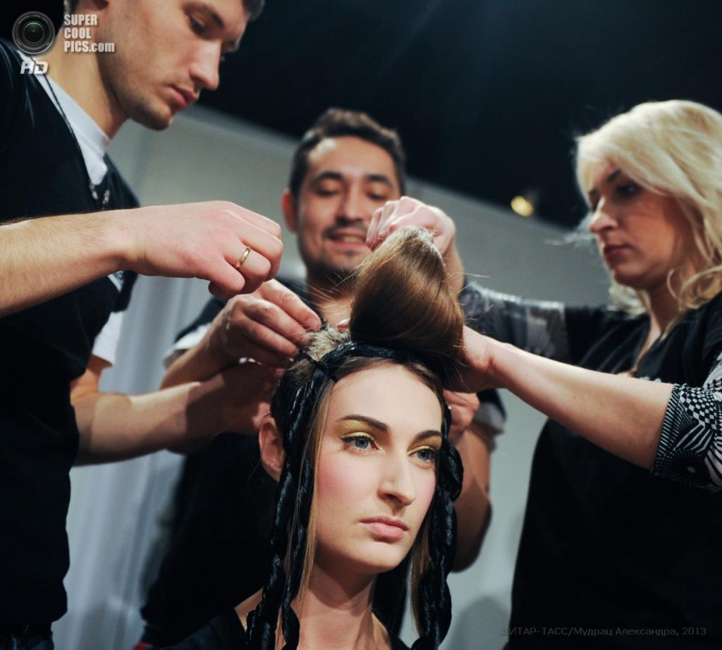 Перед показом коллекции модельера Татьяны Парфеновой. (ИТАР-ТАСС/ Александра Мудрац)