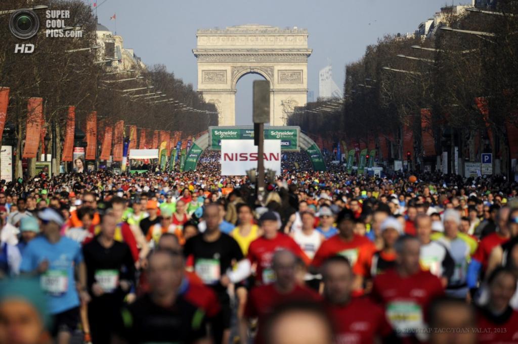 Франция. Париж. 7 апреля. Тысячи бегунов участвуют в соревнованиях. (EPA/ИТАР-ТАСС/YOAN VALAT)