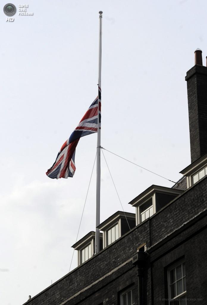 Англия. Лондон. 8 апреля. Приспущенный флаг Великобритании на Даунинг-стрит. (EPA/ИТАР-ТАСС/ANDY RAIN)