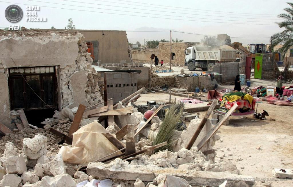 Иран. Шонбе, Бушир. 10 апреля. Общий вид на руины после землетрясения магнитудой 6,3 балла. (EPA/ИТАР-ТАСС/MILAD RAFAT)