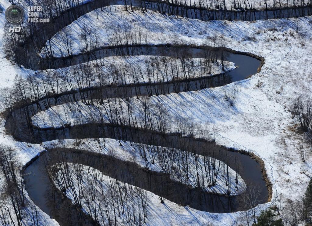 Россия. Владимирская область. 12 апреля. Вид на реку с вертолёта. (ИТАР-ТАСС/Владимир Смирнов)