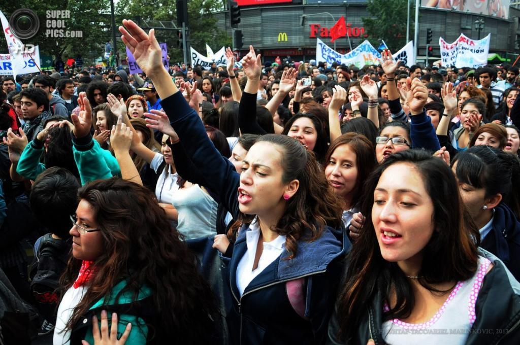 Чили. Сантьяго. 11 апреля. Во время многотысячного марша студентов в поддержку введения бесплатного образования и улучшения его качества. (EPA/ИТАР-ТАСС/ARIEL MARINKOVIC)