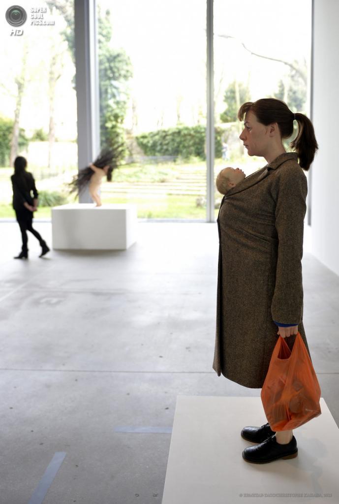Франция. Париж. 15 апреля. Скульптура «Женщина с покупками». (EPA/ИТАР-ТАСС/CHRISTOPHE KARABA)