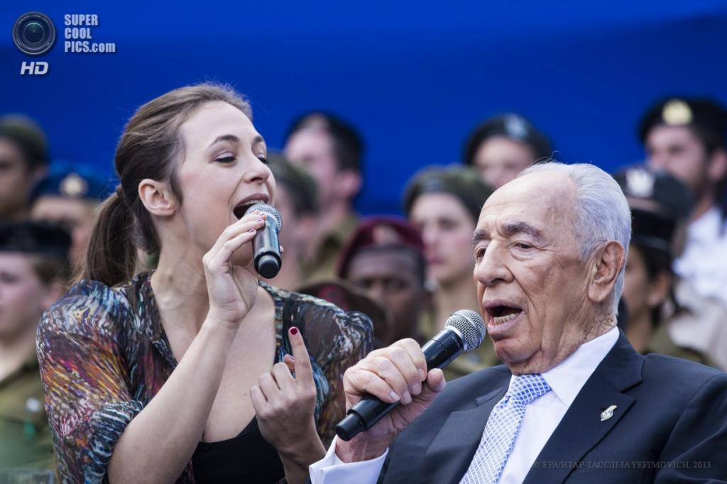 Израиль. Иерусалим. 16 апреля. Президент Шимон Перес исполняет песню с певицей Керен Пелес. (EPA/ИТАР-ТАСС/ILIA YEFIMOVICH)