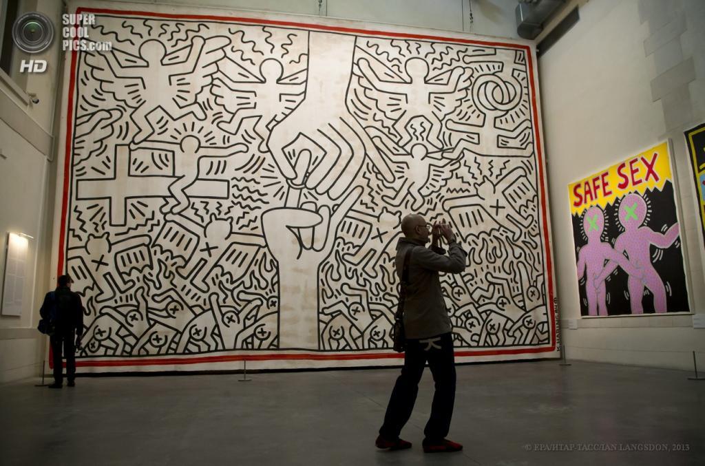 Франция. Париж. 19 апреля. Инсталляция Кита Харинга «Бракосочетание Рая и Ада» 1984 года. (EPA/ИТАР-ТАСС/IAN LANGSDON)