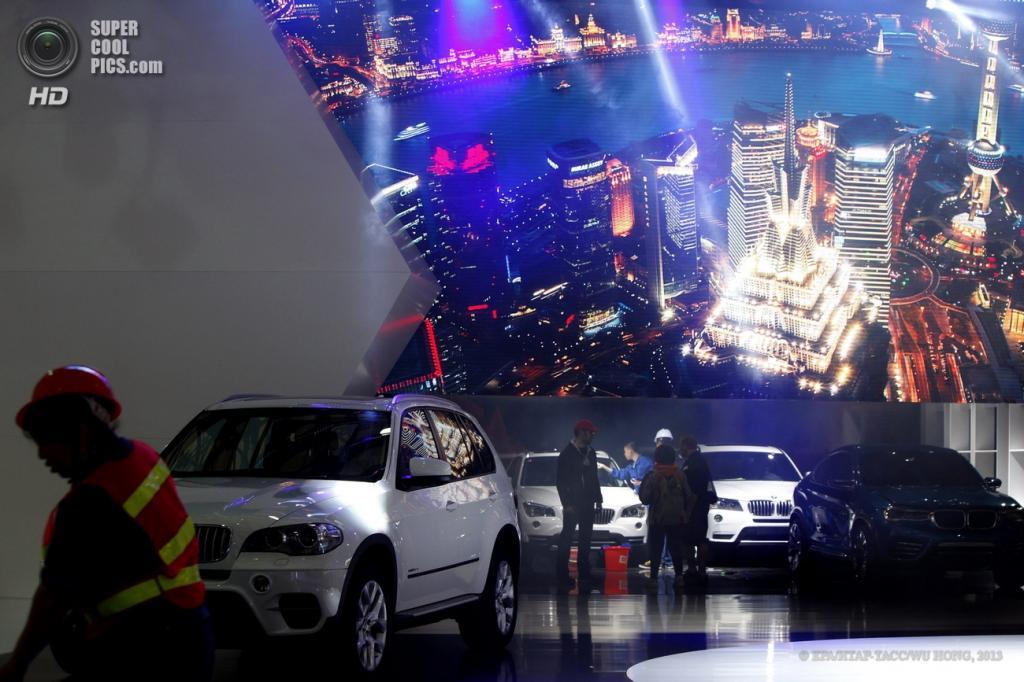 Китай. Шанхай. 21 апреля. Стенд с новинками BMW. (EPA/ИТАР-ТАСС/WU HONG)