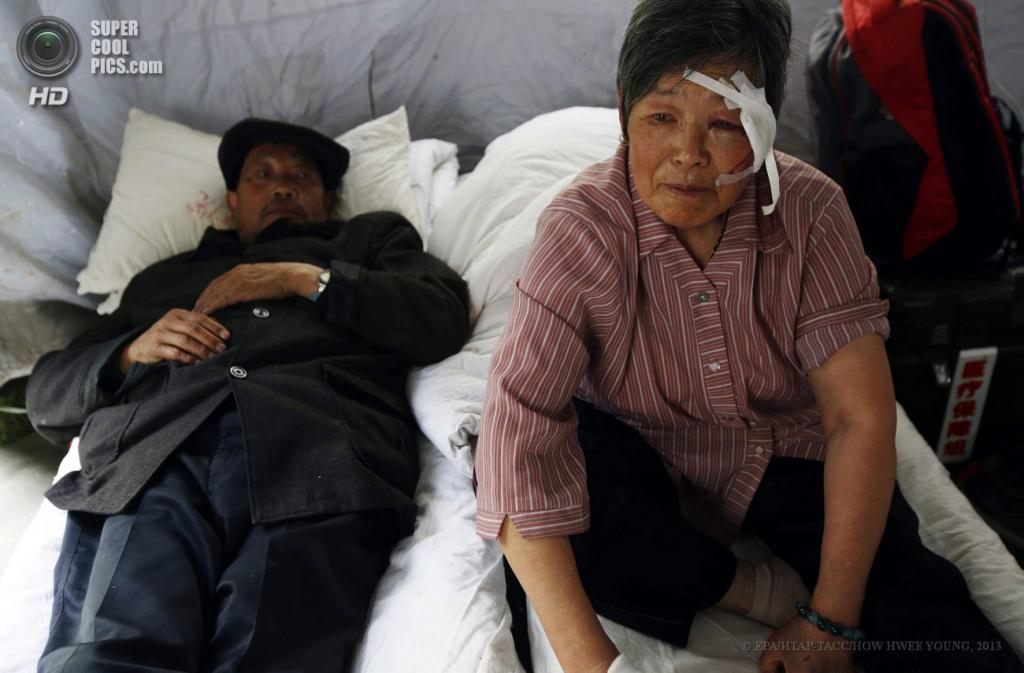 Китай. Яань, Сычуань. 21 апреля. Оказание помощи пострадавшим. (EPA/ИТАР-ТАСС/HOW HWEE YOUNG)