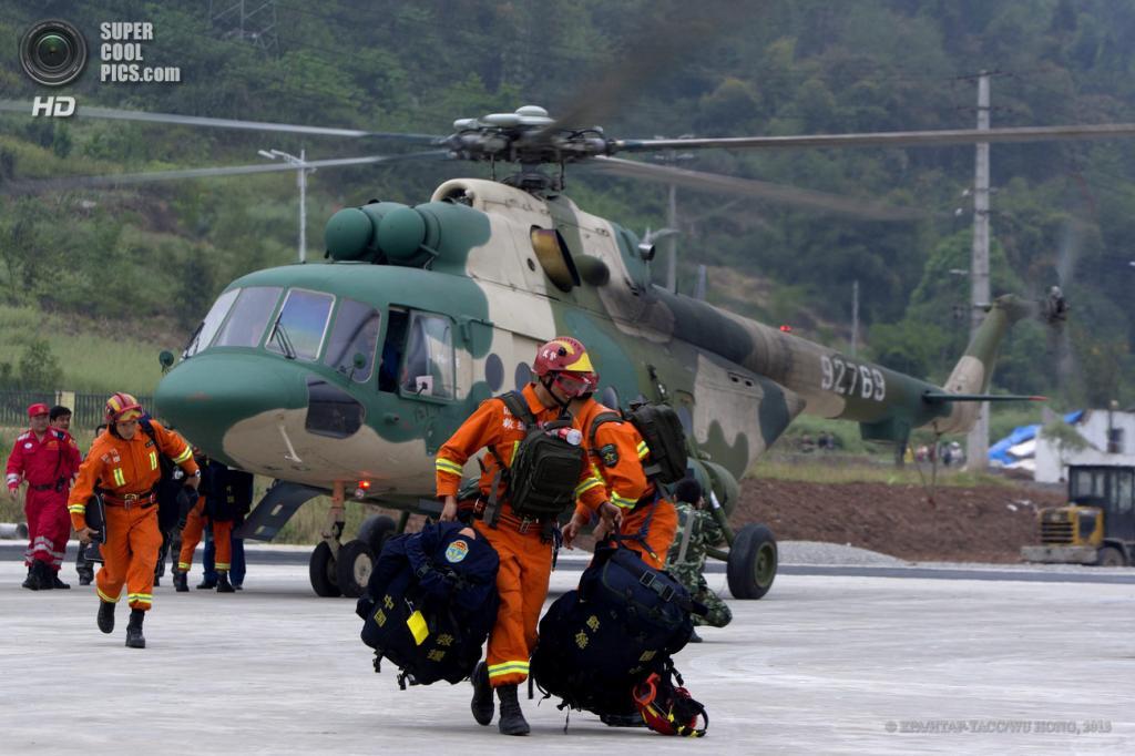 Китай. Яань, Сычуань. 21 апреля. Спасатели прибывают в зону бедствия. (EPA/ИТАР-ТАСС/WU HONG)