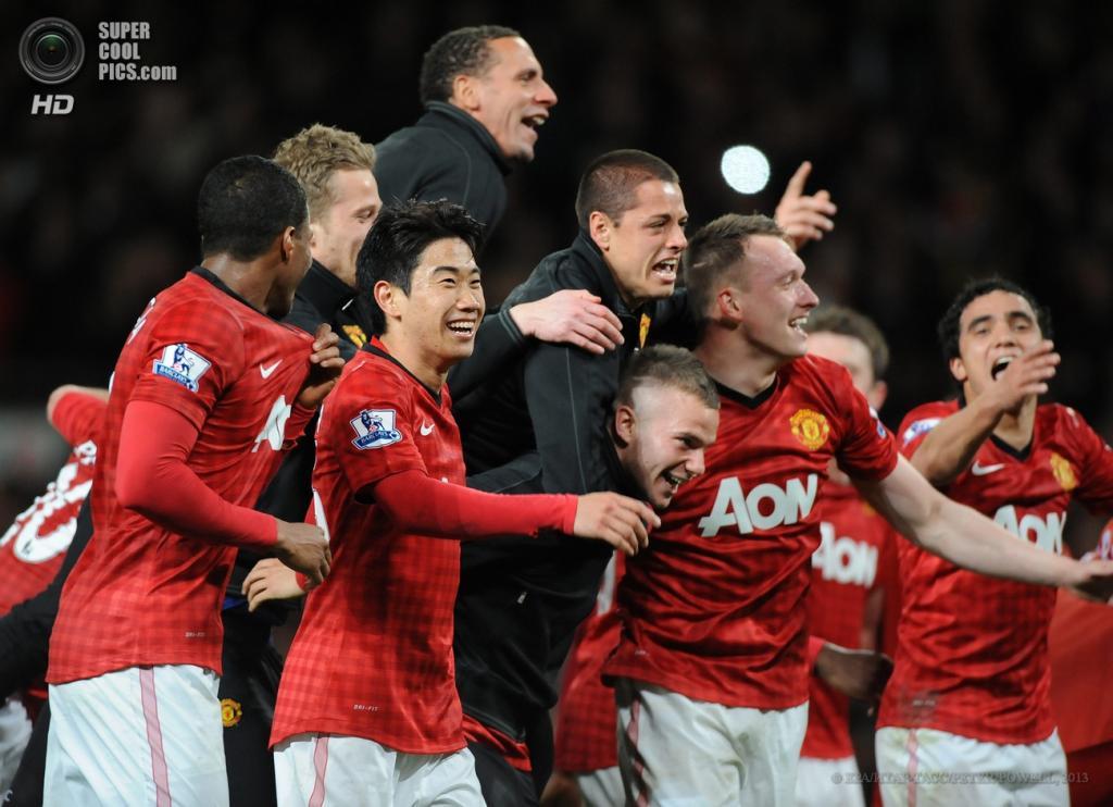 Англия. Манчестер. 22 апреля. Игроки «Манчестер Юнайтед» празднуют победу в чемпионате. (EPA/ИТАР-ТАСС/PETER POWELL)