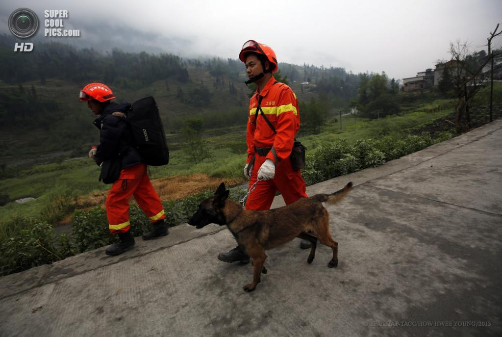 Китай. Сычуань. 23 апреля. Спасатели в поиске пропавших без вести. (EPA/ИТАР-ТАСС/HOW HWEE YOUNG)