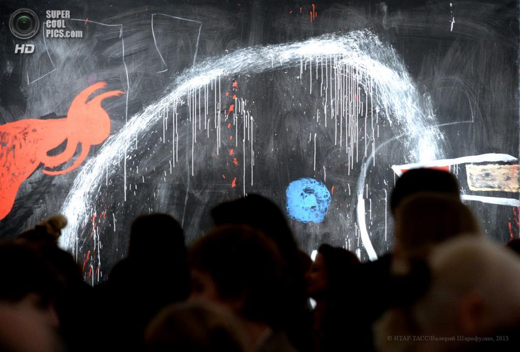 Россия. Москва. 26 апреля. Посетители у картины «Без названия» (1974 г.), представленной на выставке «Хуан Миро. Образы» в Московском музее современного искусства. (ИТАР-ТАСС/Валерий Шарифулин)