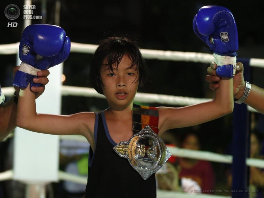 Таиланд. Бангкок. 26 марта. Малолетняя чемпионка в весовой категории до 25 кг среди девочек — Мевмев Палангвимут. (EPA/ИТАР-ТАСС/RUNGROJ YONGRIT)