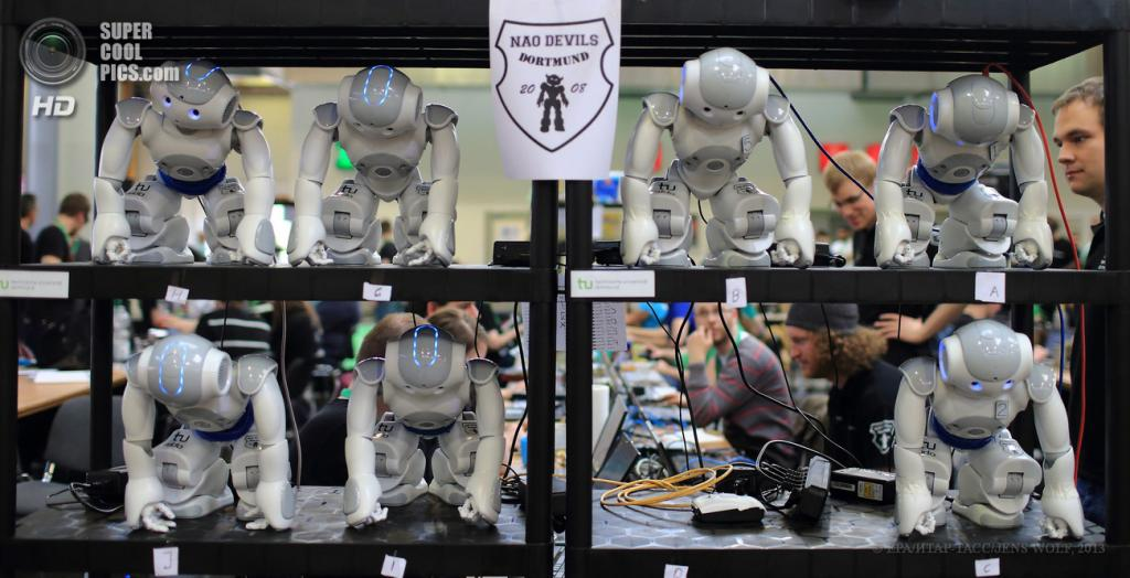 Германия. Магдебург, Саксония-Анхальт. 26 апреля. Открытый чемпионат Германии по футболу среди роботов RoboCup 2013. (EPA/ИТАР-ТАСС/JENS WOLF)