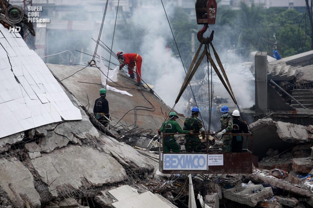 Бангладеш. Савар, Дакка. 29 апреля. Спасательные работы на месте обрушения здания. (EPA/ИТАР-ТАСС/ABIR ABDULLAH)