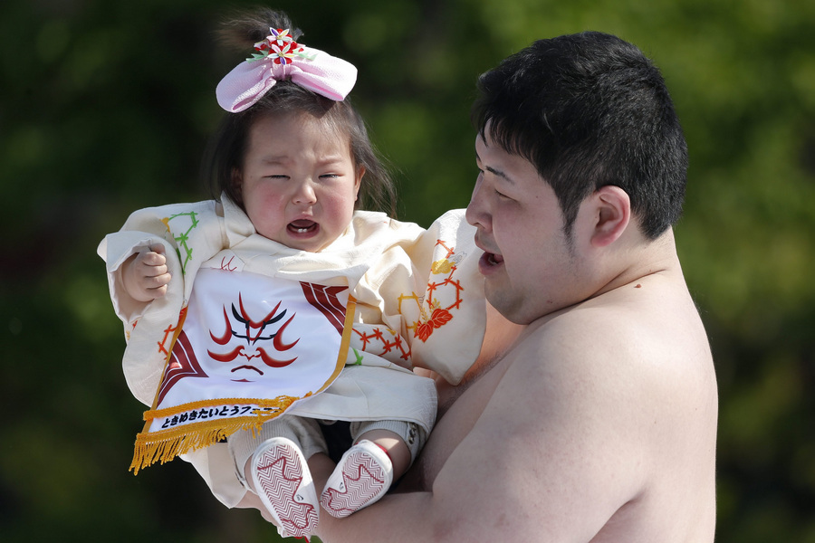 Фестиваль детского крика Nakizumo в Японии