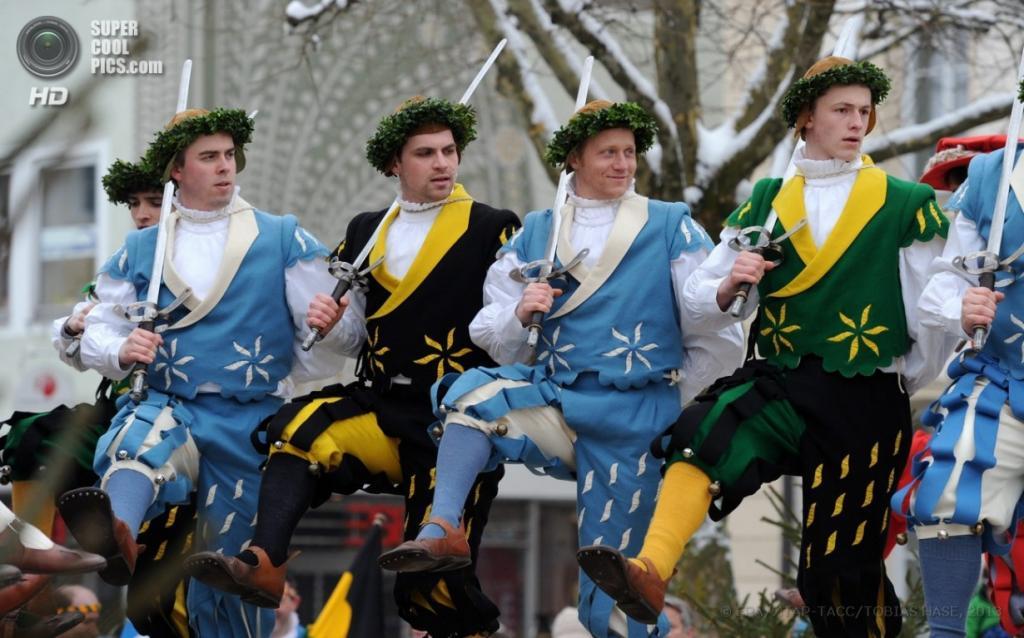Германия. Траунштайн, Бавария, 1 апреля. Танцы с мечами в честь Святого Георгия. (EPA/ИТАР-ТАСС/TOBIAS HASE)