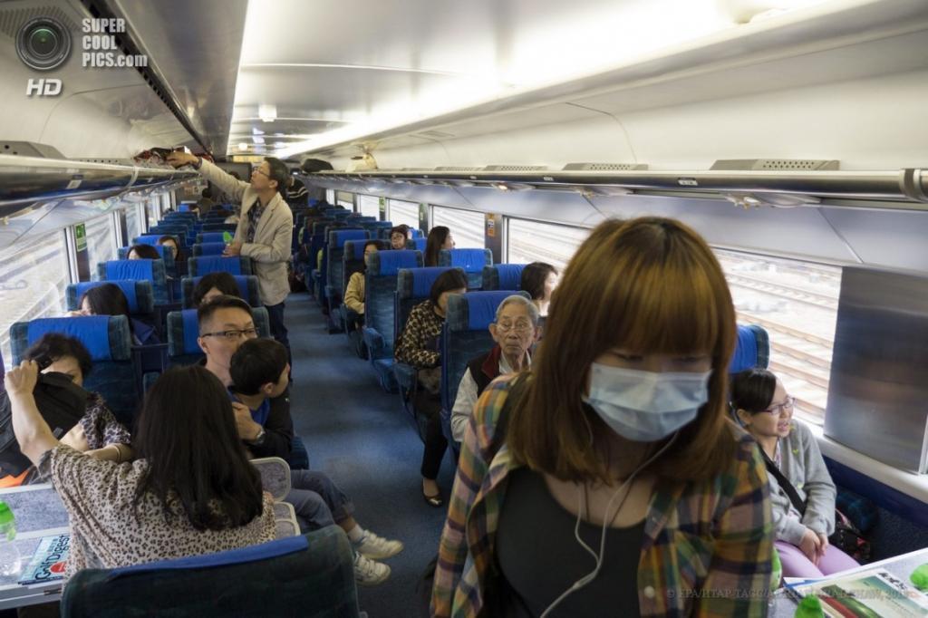 Китай. 2 апреля. Пассажиры внутри поезда во время движения по высокоскоростным железным путям. (EPA/ИТАР-ТАСС/ADRIAN BRADSHAW)