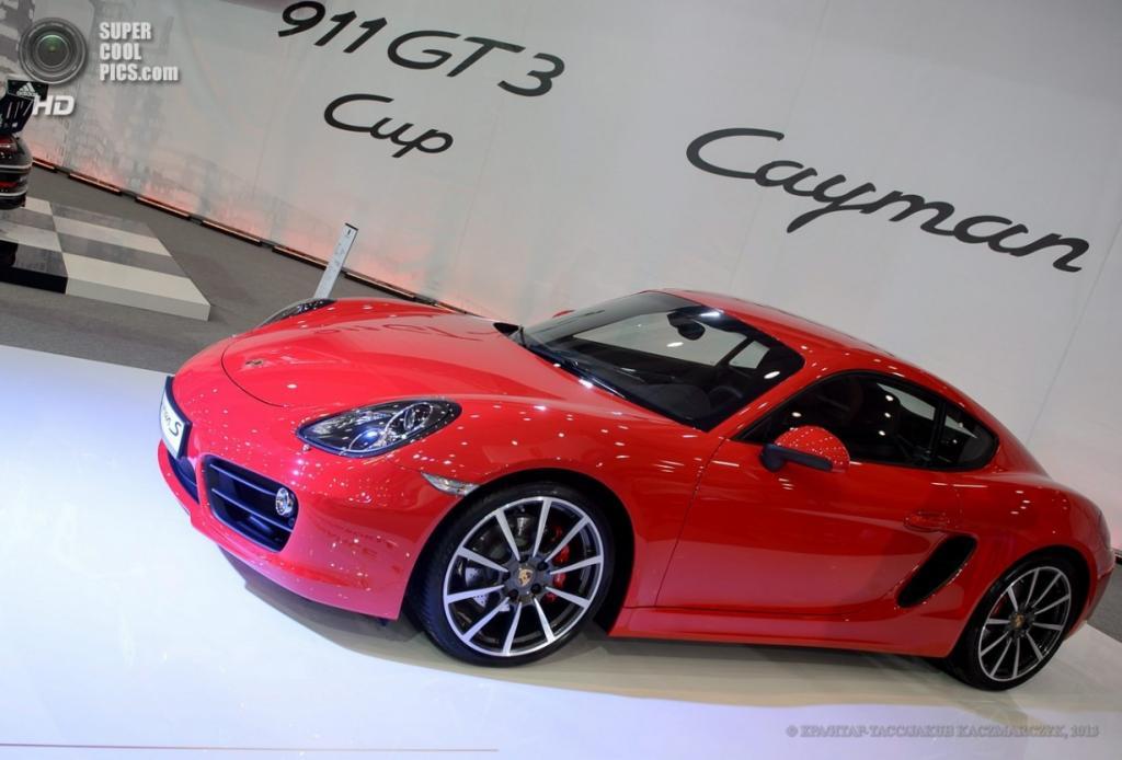 Польша. Познань. 4 апреля. Porsche Cayman S среди автомобилей Познаньского международного автосалона 2013. (EPA/ИТАР-ТАСС/JAKUB KACZMARCZYK)