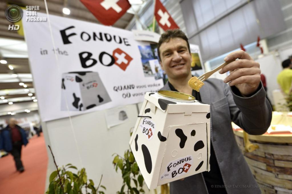 Швейцария. Женева. 10 апреля. Лорен Дефферрар из Швейцарии презентует кухонный Fondue Box во время 41-й Международной выставки инноваций. (EPA/ИТАР-ТАСС/MARTIAL TREZZINI)
