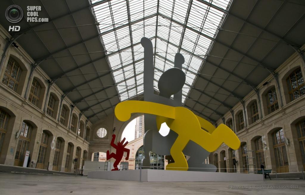 Франция. Париж. 19 апреля. Скульптуры Кита Харинга. (EPA/ИТАР-ТАСС/IAN LANGSDON)