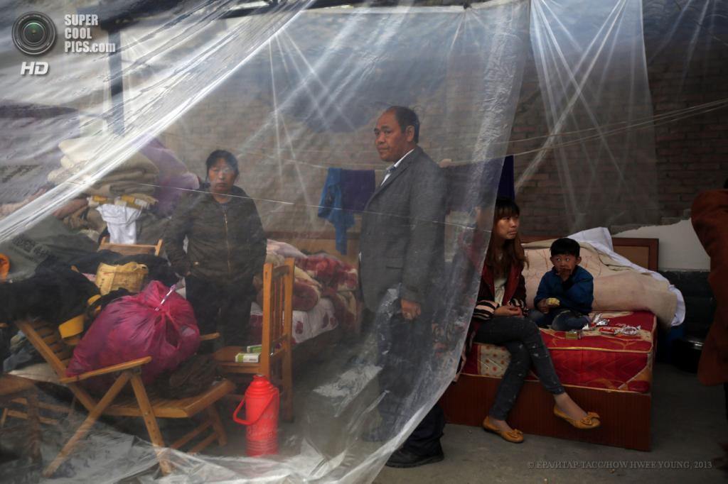 Китай. Сычуань. 23 апреля. Временный лагерь для пострадавших. (EPA/ИТАР-ТАСС/HOW HWEE YOUNG)
