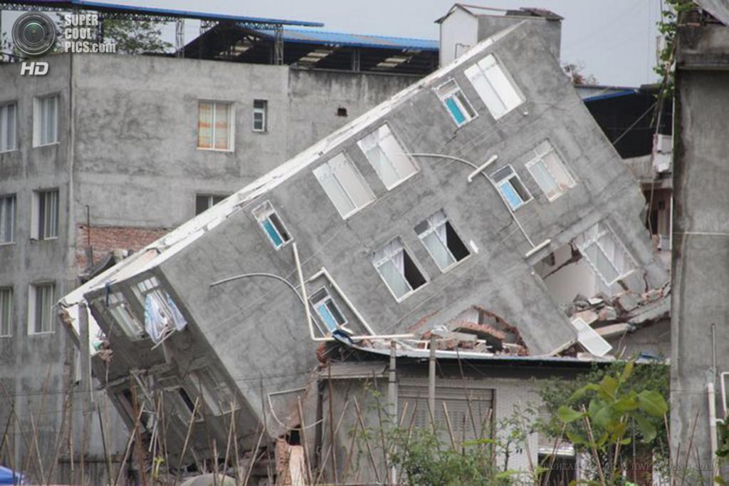Китай. Яань, Сычуань. 22 апреля. Здание, разрушенное в результате землетрясений. (EPA/ИТАР-ТАСС/HOW HWEE YOUNG)
